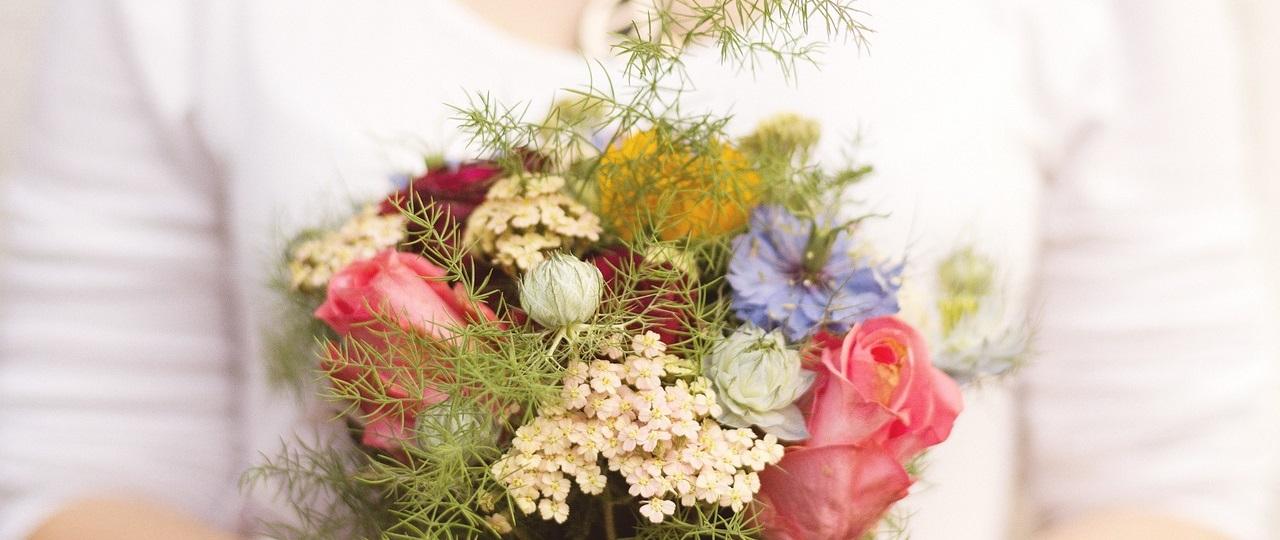 Zdjęcie przedstawiające pocztową przesyłkę kwiatów