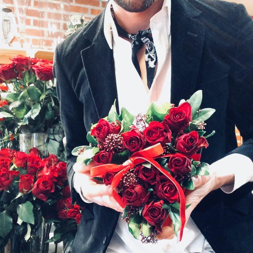 W rękach mężczyzny serce ułozone z czerwonych róż, Poczta Kwiatowa Łódż