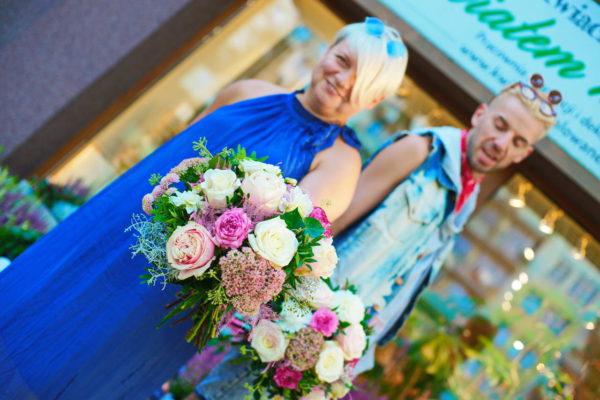Zdjęcie przedstawiające florystów z Poczty Kwiatowej trzymających bukiety