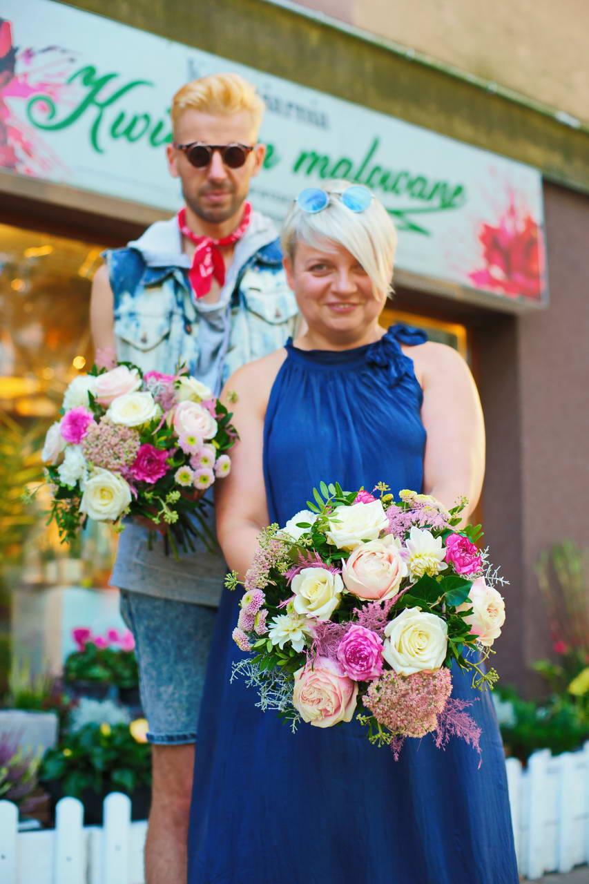 Floryści kwiaciarni Kwiatem Malowane trzymają bukiety