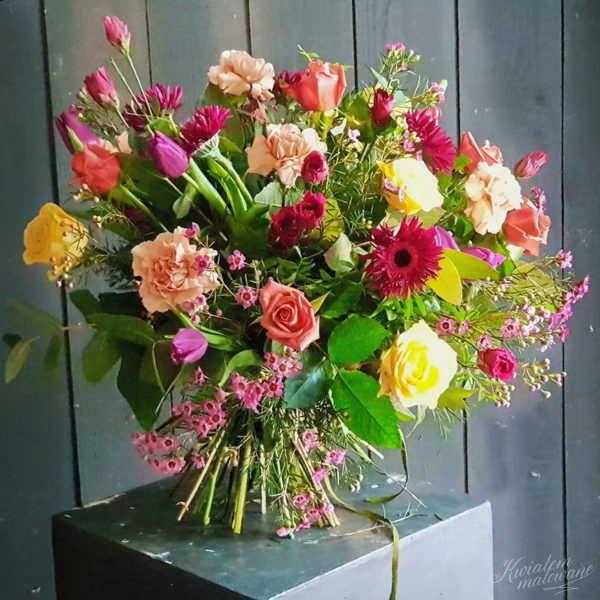Kolorowy bukiet róże tulipany goździki skomponowany na dzień Babci