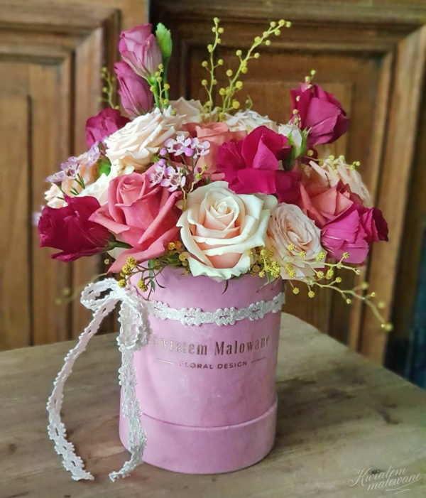 Różowy Flokowany Flower Box z kolorowymi kwiatami