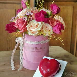 Flower Box maly rozowy flokowany z sercem wykonanym z bezy