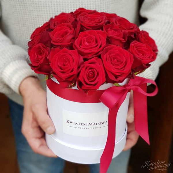 Flower Box Biały z czerwonymi rożnami trzymany w rękach przez florystę Poczty Kwiatowej Kwiatem Malowane