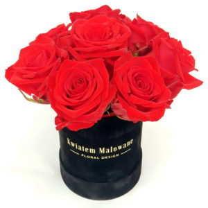 Flower Box Mały Czarny flokowany z czerwonymi żywymi różami na białym tle