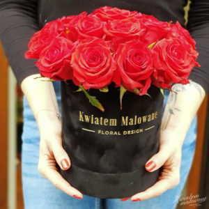 Flower Box Sredni Czarny flokowany z czerwonymi żywymi rozami trzymany w rękach flrystki z Poczty Kwiatowej
