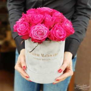 Flower Box Sredni Szary flokowany z amarantowymi żywymi rozami trzymany w rękach florystki z Poczty Kwiatowej